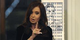 Cristina Kirchner, ayer, en la Casa Rosada, al anunciar el aumento de los planes sociales