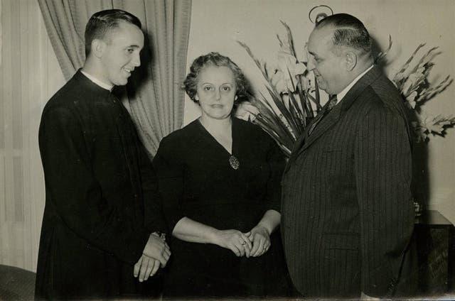 Jorge Mario y sus padres, Regina y Mario
