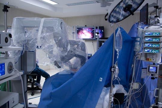 Los brazos esterilizados del robot, envueltos en plástico, son emplazados en la región a operar. Foto: LA NACION / Sebastián Rodeiro