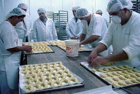 En la planta, que emplea a 100 personas, se elaboran y congelan medialunas, panes y tortas