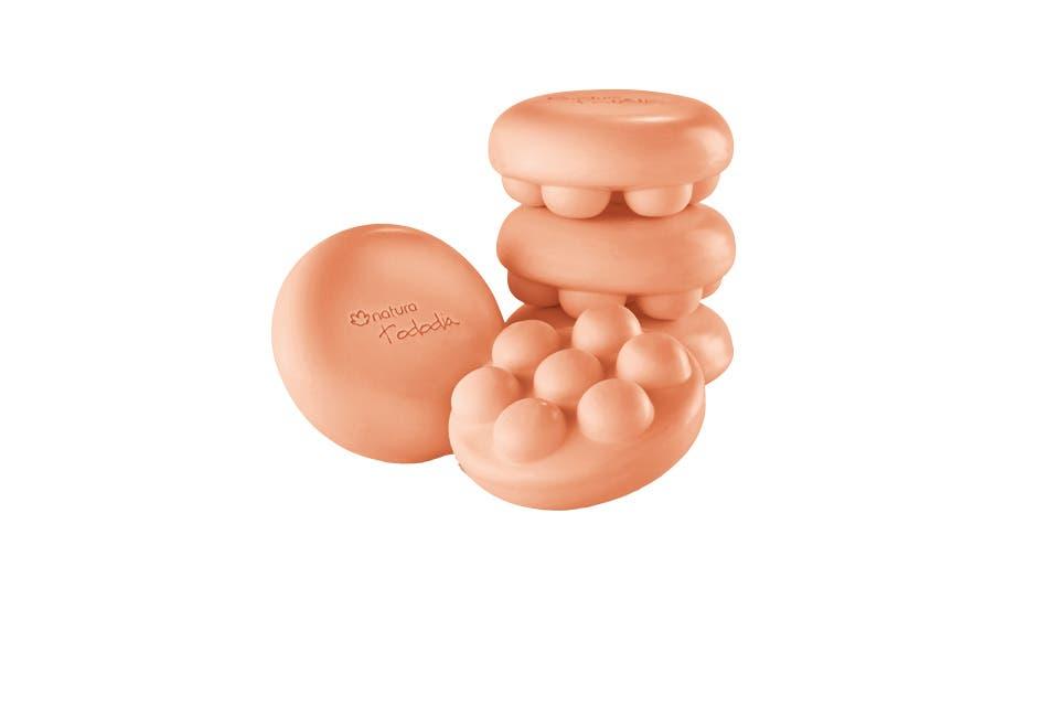 Jabón en barra puro vegetal masajeador con avellana y granada. Activa la circulación, Trae sensación de suavidad a la piel, durante y luego del baño ($90, Natura).