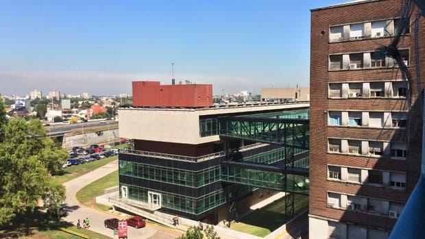 El edificio nuevo del Hospital Posadas, junto a parte del histórico