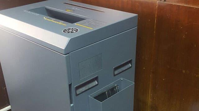 Una de las máquinas trituradoras de papel profesionales, que destruyen documentos con mayor eficiencia que las pequeñas