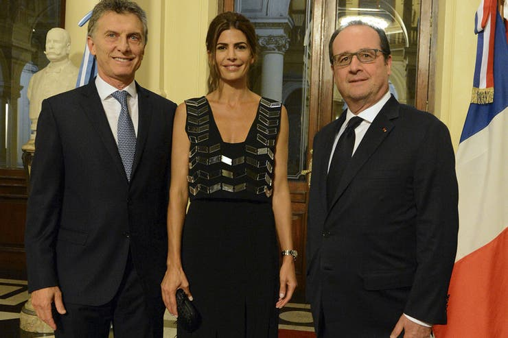 Juliana awada con look chic y elegante para recibir al for Cena en frances