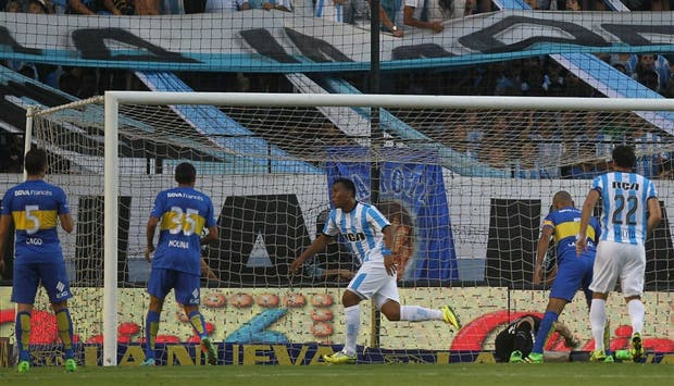 Martínez sale festejando su gol, tras una definición de taco que dejó en el suelo a Orion y parado a Cata Díaz