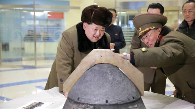 Kim observa la cabeza de un misil