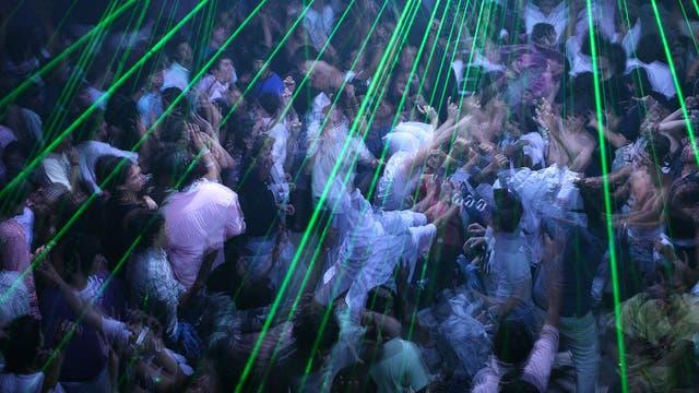 Bailar hasta la madrugada, un ritual que repiten los jóvenes