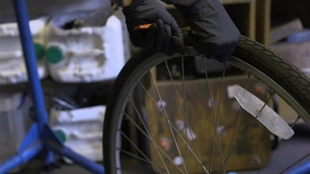 Con estas palancas puedes desmontar el neumático y retirar la llanta (la cámara de aire).