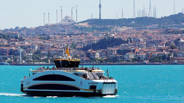 Un ferry en el estrecho de Bósforo