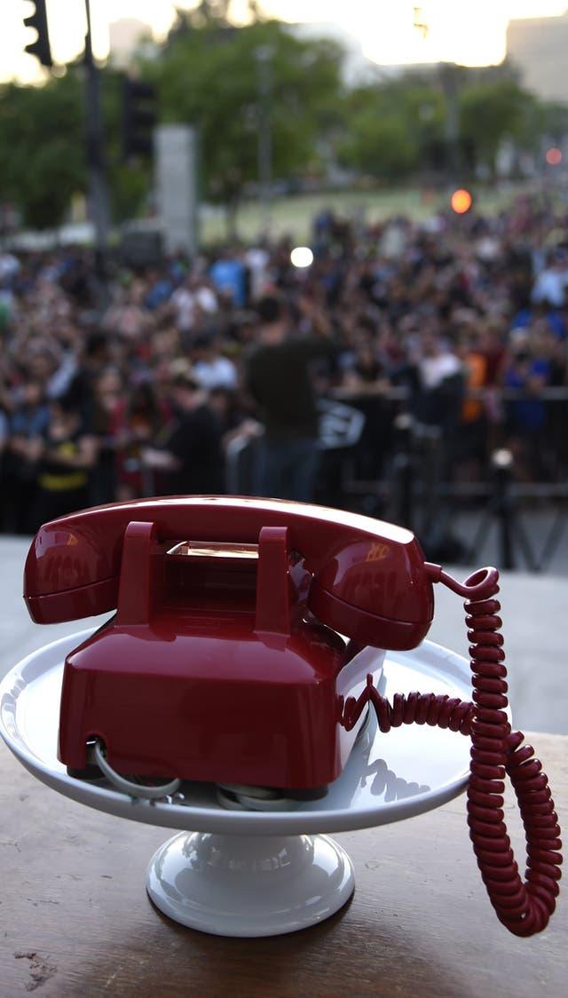 El batiteléfono rojo de la serie, esta vez sin la campana