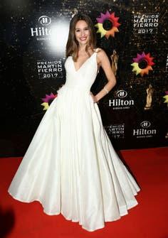 Impecable como siempre, la modelo optó por un vestido blanco con corte princesa de Javier Saiach. Completo el outfit con joyas de Rubi Rubi.Foto: Gerardo Viercovich