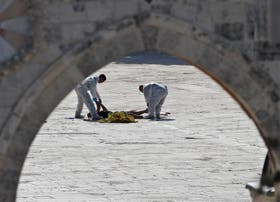 La policía retira uno de los cuerpos de la explanada, en Jerusalén