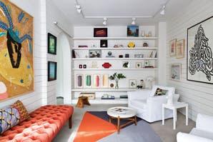 Un playroom decorado con obras de arte