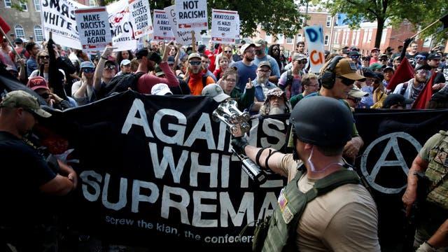 Un manifestante nacionalista se enfrenta a la protesta de los anti-racistas