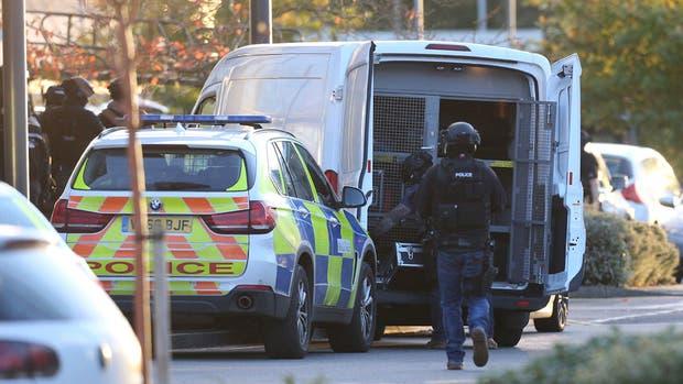 Hombre armado toma varios rehenes en plaza comercial de Inglaterra