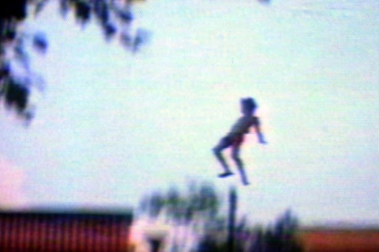 Charly García cayendo desde el noveno piso. Antes había tirado un muñeco para comprobar la dirección del viento