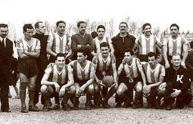 El equipo de 1949, que igualó el 2° puesto con River. Parados: Sandoval, Menéndez, Cozzi, Gallardo, Manuel Rodríguez y Mammana. Agachados: Vernazza, Báez, Geronis, Francisco Rodríguez y Sayago