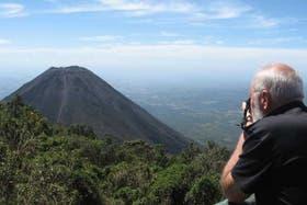 El joven y activo volcán de Izalco, desde un vecino viejo y retirado, el Cerro Verde