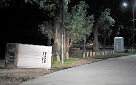 En la plazoleta Florencio Sánchez, un baño químico inutilizado y autos que estacionan en el césped