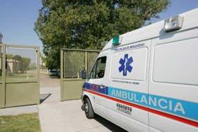Una ambulancia con pruebas tomadas en el conurbano ingresa en el instituto Maiztegui, en Pergamino
