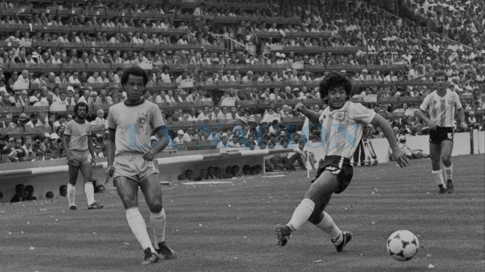 2-7-1982: ante Brasil, un cierre amargo en España 82, frente a Luizinho.. Foto: LA NACION