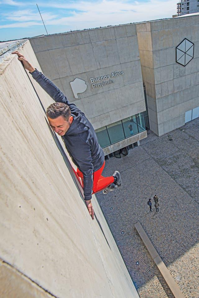 Cristian Segura exhibe en el Museo MAR, en Mar del Plata, el registro fotográfico de una performance de alto riesgo