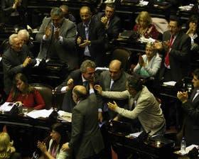Rossi, Díaz Bancalari y Larroque celebran el resultado de la votación