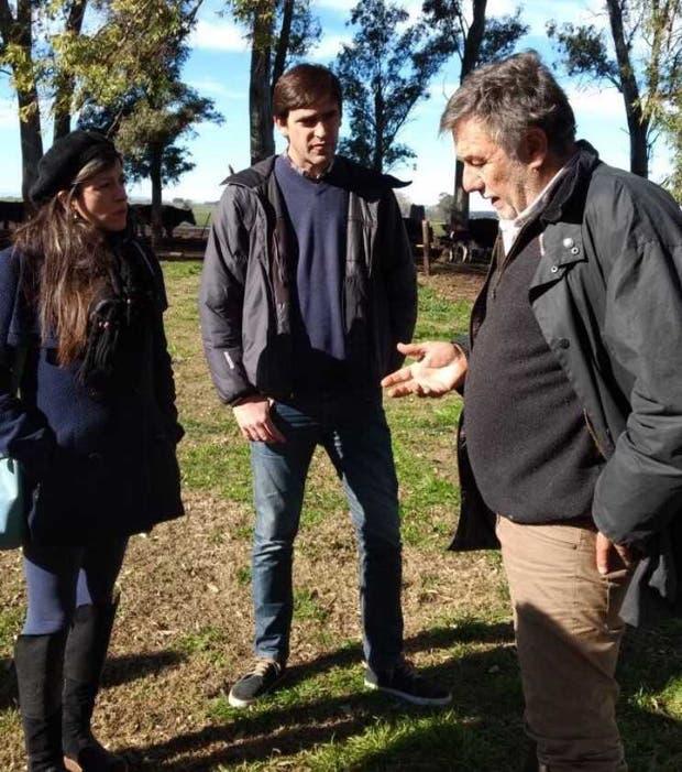 Vallejos, el candidato a concejal local Rogelio Iparraguirre y el productor Enrique Ghezan