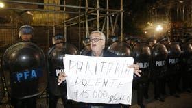 La Policía de la ciudad impidió a gremialistas docentes montar una estructura frente al Congreso