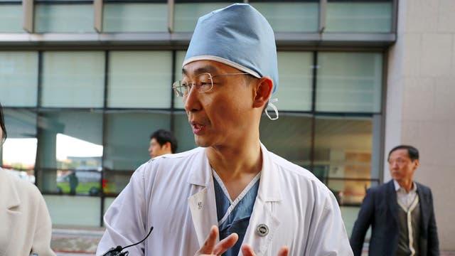 El médico que atiende al soldado desertor de Corea del Norte.