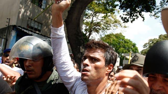 Leopoldo López, al ser arrestado