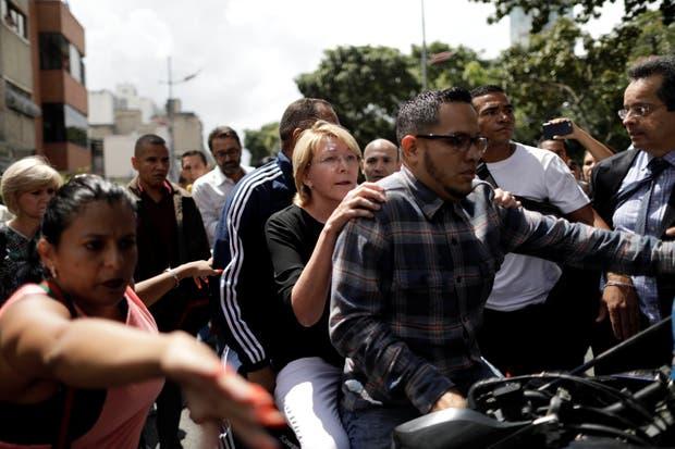 Ortega se retira ayer en moto custodiada por sus colaboradores