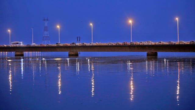 El puente que une Posadas con Encarnación tiene un tráfico constante. Foto: LA NACION / Emiliano Lasalvia /Enviado especial