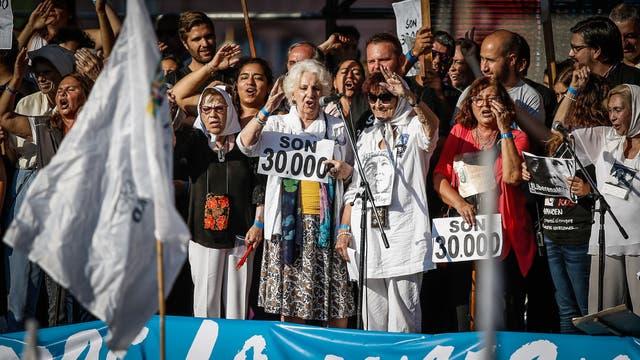 Organizaciones de Derechos Humanos, agrupaciones políticas y ciudadanos se concentran en Plaza de Mayo, a 41 años del último golpe de Estado, y en el marco del Día Nacional de la Memoria por la Verdad y la Justicia. Foto: LA NACION / Santiago Filipuzzi