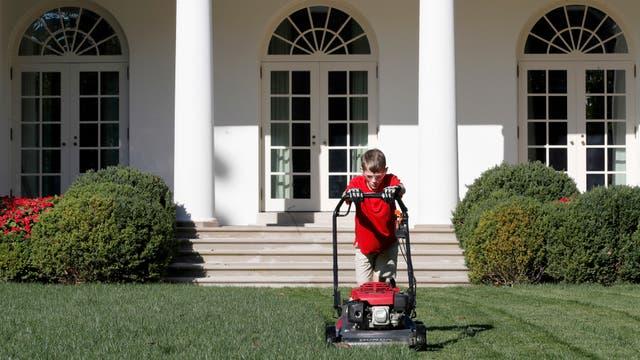 Frank Giaccio cortando el pasto en la Casa Blanca