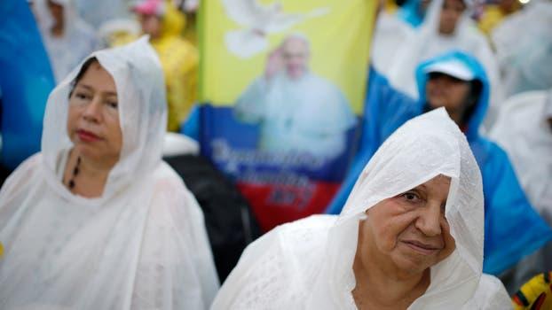 La gente espero la llegada del Papa Francisco bajo la lluvia. Foto: AP / Ricardo Mazalan