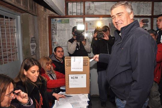 El precandidato de la Union Cívica Radical Oscar Aguad vota en el colegio Monjas Azules de Córdoba. Foto: Télam