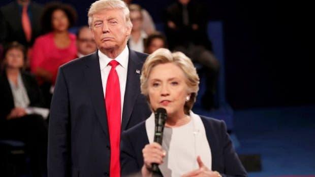 En el segundo debate presidencial, Donald Trump y Hillary Clinton ya no estaban detrás de un atril, sino caminando y recibiendo preguntas de los moderadores y el público.