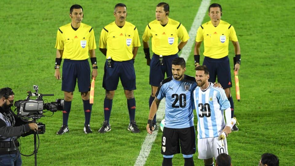 Messi y Suárez posan para la foto. Foto: Reuters / Pablo Porciuncula Brune