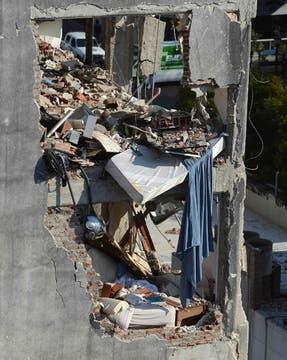 En el tercer día de búsqueda, bomberos y rescatistas, junto a perros especialmente entrenados, buscan vida entre los escombros. Foto: Reuters