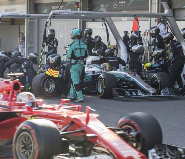 Vettel y Hamilton en boxes: se recalentó la lucha en pista
