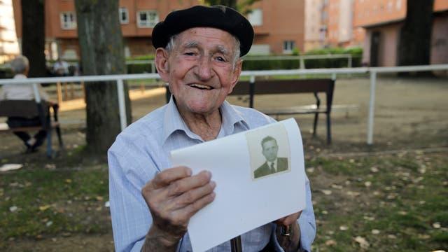 Maximino San Miguel, de 102 años, tiene una foto de sí mismo cuando era joven mientras posa para un retrato en un parque cerca de su casa en León, norte de España,San Miguel descubrió su pasión por el teatro aficionado a la edad de 80 y ha participado en muchas producciones locales.