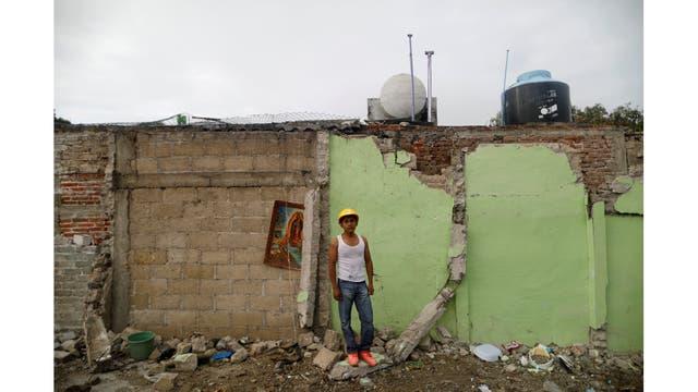 Jaime Delgado, 21 años, trabajador agrícola, sobre escombros en un área donde ayudó a rescatar a la gente en Jojutla de Juárez