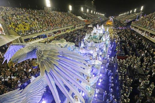 El carnaval de Brasil mantiene su ritmo frenético, con cientos de fiestas itinerantes en las calles de Río de Janeiro. Foto: AP