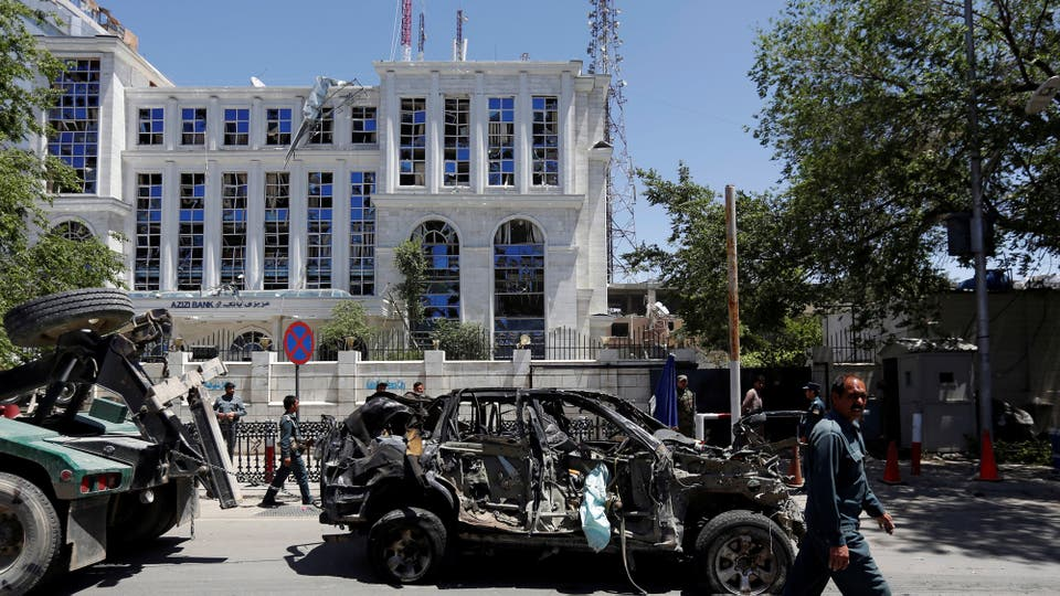 Un auto destrozado tras la explosión. Foto: Reuters