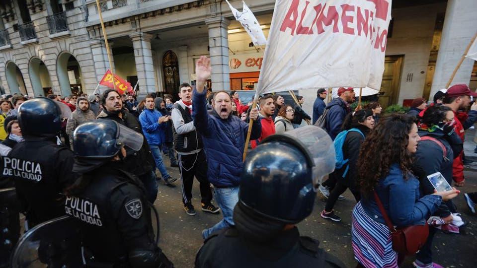 Los trabajadores exigen que se garanticen los puestos de trabajo de todos los trabajadores de PepsiCo. Foto: LA NACION / Ricardo Pristupluk