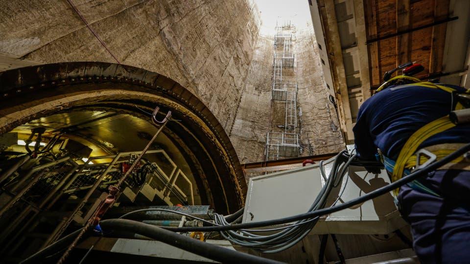 Operarios ponen a punto la tunelera Beatriz. Foto: LA NACION / Hernán Zenteno