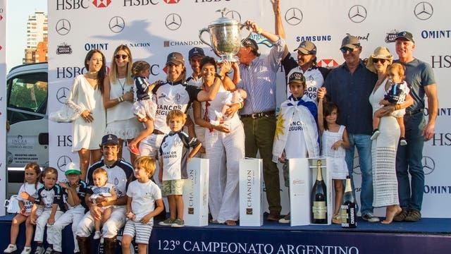 La Dolfina campeón de Palermo por cuarto año consecutivo festejó junto a su familia.