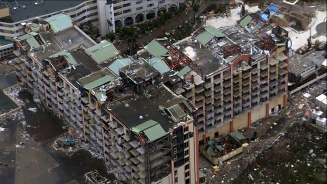 Un enorme condomino quedó con gran parte de su techo destrozado