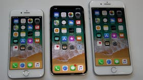 Un iPhone X, con pantalla de 5,8 pulgadas, junto a un iPhone 8 y un 8 Plus